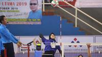 Pemain Bank Jatim Megawati Hangestri Pertiwi siap melepaskan smes saat menghadapi Kharisma Bandung pada semifinal Livoli Divisi Utama di GOR Dimyati, Tangerang, Banteng, Sabtu (19/10/2019). Bank Jatim lolos ke final usai menang 3-0. (foto: PBVSI)