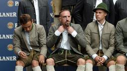 Rafinha (kiri) dan Franck Ribery bersiap sebelum sesi foto. (AFP Photo/Christof Stache)