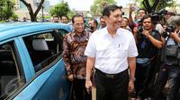 Menko Kemaritiman Luhut Binsar Panjaitan dan Menhub Budi Karya Sumadi di depan taksi pada acara Kolaborasi Blue Bird dan GO-JEK di Jakarta, Kamis (30/03). (Liputan6.com/Fery Pradolo)