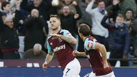 Gelandang West Ham United, Marko Arnautovic, melakukan selebrasi usai mencetak gol ke gawang Chelsea pada laga Premier League di Stadion London, Sabtu (10/12/2017). Chelsea Takluk 0-1 dari West Ham United. (AFP/Ian Kington)
