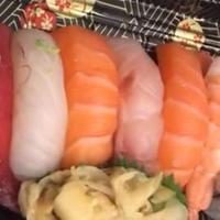 Hati-hati ada cacing di atas daging mentah pada sushi yang kamu makan. Hiiii~