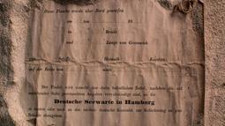 Sebuah kertas berisi pesan berusia hampir 132 tahun yang ditemukan di dalam botol di dekat Pulau Wedge, sekitar 160 kilometer di Perth (7/3). Pesan ini ditemukan oleh sekelompok pejalan kaki pada bulan. (AFP Photo/Kym Illman)