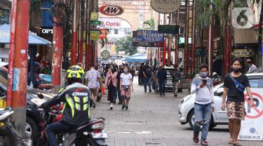 Sejumlah orang mengenakan masker saat berada di Pasar Baru, Jakarta Pusat, Selasa (9/6/2020). Pusat perbelanjaan tersebut kembali dibuka, meski masih dalam masa Pembatasan Sosial Berskala Besar (PSBB) transisi. (Liputan6.com/Angga Yuniar)