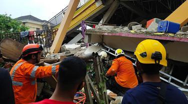 FOTO: Gempa Majene Robohkan Rumah dan Bangunan di Mamuju