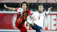 Pemain Belgia, Axel Witsel, berebut bola dengan pemain Inggris, Jordan Henderson, pada laga UEFA Nations League di Stadion King Power, Senin (16/11/2020). Belgia menang dengan skor 2-0. (AP/Francisco Seco)
