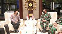 Kapolri Jenderal Listyo Sigit Prabowo dan Kepala Staf Angkatan Laut (KSAL) Laksamana TNI Yudo Margono. (Dok Humas Polri)