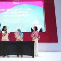 Sahabat Fimela yang hadir di Fimela Fest 2019 kali ini diajak seru-seruan membuat makeup bag and accessories bareng komunitas Indonesian Crafter.  (Fimela.com/Daniel Kampua)