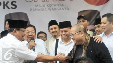 Ketua Umum Partai Gerindra, Prabowo Subianto bersalaman dengan Jaya Suprana di kantor DPP Gerindra, Jakarta, Rabu (19/4). Prabowo memberikan ucapan selamat kepada Anies-Sandi yang menang versi hitung cepat. (Liputan6.com/Yoppy Renato)