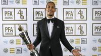 Bek Liverpool Virgil van Dijk memenangkan gelar pemain terbaik PFA 2018/2019. (Barrington Coombs/PA via AP)