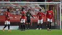 Para pemain Manchester United tertunduk lesu setelah kebobolan dalam laga kontra Everton. Manchester United bermain imbang 3-3 dengan Everton dalam laga pekan ke-23 Premier League di Old Trafford, Minggu (7/2/2021) dini hari WIB. (MARTIN RICKETT / POOL / AFP)