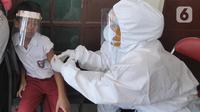 Tim medis puskesmas memberikan vaksin campak rubella ke murid SD Negeri lingkungan Kec. Kebayoran Lama di GOR Kebayoran Lama, Jakarta, Rabu (26/08/2020). Kegiatan ini bagian dari bulan imunisasi anak sekolah dan juga pemeriksaan kesehatan menyeluruh kepada murid SDN di DKI. (merdeka.com/Arie Basuki)