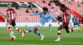 Gelandang Manchester City, David Silva melakukan tembakan ke arah gawang Southampton dalam lanjutan Liga Inggris di St. Mary Stadium, Senin (6/7/2020) dini hari.  Manchester City gagal memetik poin penuh setelah kalah tipis 0-1 saat bertandang ke markas Southamtpon. (AP Photo/Catherine Ivill,Pool)