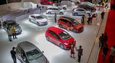 Pengunjung melihat mobil yang dipamerkan saat pembukaan Indonesia International Motor Show (IIMS 2019) di JIExpo Kemayoran, Jakarta, Kamis (25/4). Pameran industri otomotif tersebut berlangsung 25 April - 5 Mei 2019. (Liputan6.com/Faizal Fanani)