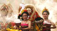 Peserta mengenakan pakaian adat diiringi Tari Barong pada karnaval Budaya Bali di kawasan Nusa Dua, Bali, Jumat (12/10). Karnaval tersebut untuk memeriahkan perhelatan Pertemuan Tahunan IMF - World Bank Group 2018 di Bali. (Liputan6.com/Angga Yuniar)