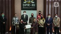 Ketua DPR Puan Maharani menerima dokumen dari Menko Polhukam Mahfud MD di Kompleks Parlemen, Jakarta, Kamis (16/7/2020). Pemerintah menyerahkan surat presiden dan daftar inventaris masalah RUU Badan Pembina Ideologi Pancasila (BPIP) kepada pimpinan DPR. (Liputan6.com/Johan Tallo)