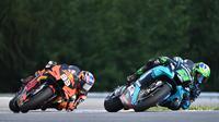 Pembalap KTM, Brad Binder dan Pembalap Petronas Yamaha, Franco Morbidelli, saat beraksi pada balapan MotoGP Republik Ceska di Sirkuit Brno, Minggu (9/8/2020). Brad Binder menjadi yang tercepat dengan catatan waktu 41 menit 38,764 detik. (AFP/Joe Klamar)