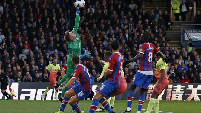 Kiper Crystal Palace Wayne Hennessey menepis bola pada laga Liga Inggris melawan Manchester City di Selhurst Park, Sabtu (19/10/2019) atau Minggu dini hari WIB. (AFP/Ian Kington)