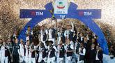 Pemain Juventus merayakan keberhasilannya meraih gelar juara Liga Italia Serie A di Stadion Allianz, Turin, (19/5/2019). Juventus berhasil mengunci titel juara Liga Italia 2018/2019. (AP Photo/Antonio Calanni)