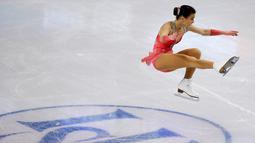 Atlet Ice Skating Hungaria, Ivett Toth memperlihatkan kebolehannya dalam menari di atas seluncur es di  kejuaraan Ice Skating dunia, ISU Dunia Figure Skating Championships di Boston, Massachusetts, Amerika Serikat, (31/3). (REUTERS/Brian Snyder)