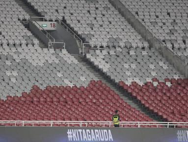 Suasana penonton saat laga Kualifikasi Piala Dunia 2022 antara Timnas Indonesia melawan Thailand di SUGBK, Jakarta, Selasa (10/9). Laga berlangsung sepi hanya dihadiri 11.619 penonton. (Bola.com/Vitalis Yogi Trisna)