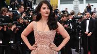 """Aktris Bollywood, Aishwarya Rai menjadi pusat perhatian saat menghadiri pemutaran film """"The BFG"""" (Le Bon Gros Geant) pada Festival Film Cannes ke-69 di Cannes, Perancis, Sabtu (14/5). Aishwarya mengenakan gaun panjang berwarna nude. (ALBERTO PIZZOLI/AFP)"""