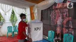 Petugas membawa logistik pilkada ke Tempat Pemungutan Suara (TPS) 33 di lingkungan RT 05 RW 06 Kelurahan Cipayung, Depok, Jawa Barat, Selasa (8/12/2020). Sejumlah logistik pilkada Depok 2020 di distribusikan dari kelurahan Cipayung ke sejumlah TPS. (Liputan6.com/Herman Zakharia)