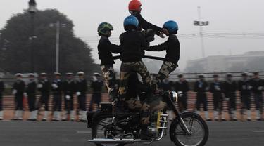 Prajurit wanita dari Pasukan Keamanan Perbatasan India (BSF) beraksi di atas motor selama latihan untuk Parade Hari Republik di New Delhi, India, Rabu (10/1). India akan merayakan Hari Republik ke-69 pada tanggal 26 Januari. (AFP Photo/Prakash Singh)