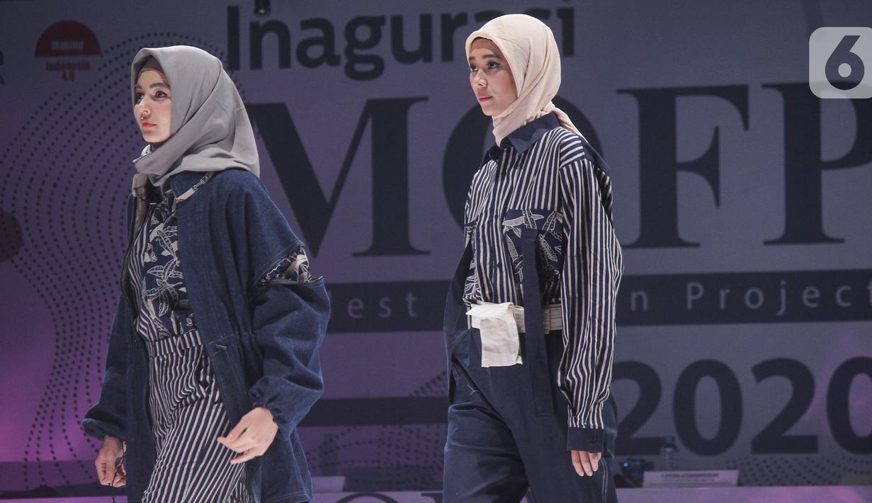Model membawakan koleksi busana pada gelaran Muslim Modest Fashion Project (MOFP) di Jakarta, Sabtu (21/11/2020). MOFP merupakan kompetisi yang diikuti desainer binaan Direktorat Jenderal Industri Kecil, Menengah dan Aneka Kementerian Perindustrian. (Liputan6.com/Pool/Agus)