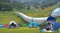 Warga berkemah di sebuah kawasan resor di Kota Jilin, Provinsi Jilin, China pada 19 Juli 2020. Arena ski di kawasan resor itu diubah menjadi ladang bunga, seluncuran, dan beragam proyek pariwisata rekreasi lainnya guna menarik wisatawan pada musim panas. (Xinhua/Yan Linyun)