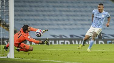 Penyerang Manchester City, Gabriel Jesus saat mencetak gol keempat timnya ke gawang Wolverhampton Wanderers pada pertandingan lanjutan Liga Inggris di stadion Etihad di Manchester, Inggris, Rabu (3/3/2021). Gabriel mencetak dua gol dan mengantar City menang atas Wolves 4-1. (Carl Recine/Pool via AP)