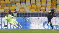 Pemain Barcelona Martin Braithwaite (kanan) mencetak gol ke gawang Dynamo Kyiv pada pertandingan Grup G Liga Champions di Stadion Olimpiyskiy, Kyiv, Ukraina, Selasa (24/11/2020). Barcelona membantai Dynamo Kyiv 4-0. (AP Photo/Efrem Lukatsky)