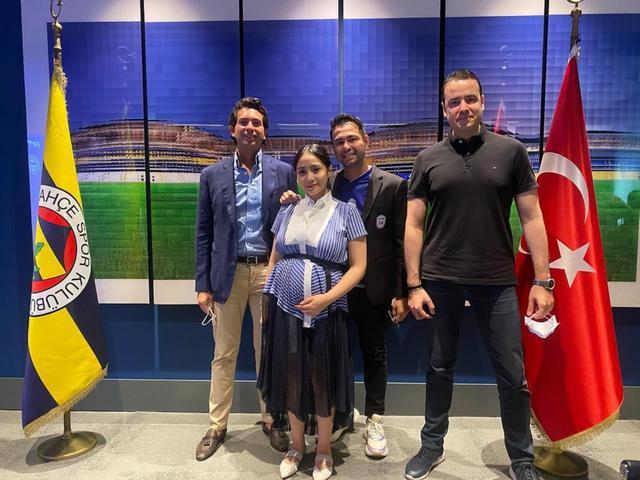 Raffi Ahmad dan Nagita Slavina bertemu dengan petinggi klub sepak bola Turki. (dok. Instagram @raffinagita1717/https://www.instagram.com/p/CS8y8P6hKUJ/)