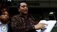 Kuasa hukum Yayasan Al Kahfi, Ramdan Alamsyah memperlihatkan Buku Program Pelajar Jakarta Berkarakter yang diterbitkan oleh Yayasan al Kahfi, Jakarta, Jumat (25/9/2015). (Liputan6.com/Yoppy Renato)