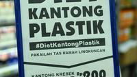 Papan bertuliskan 'Diet Kantong Plastik' di salah satu mini market di Pasar Baru, Jakarta, Senin (22/2). Peraturan ini serentak di 17 kota Indonesia dengan pembayaran Rp200 per kantong plastik. (Liputan6.com/Gempur M Surya)