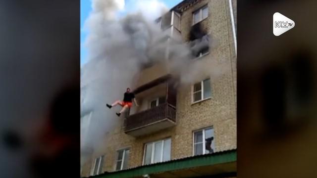 Warga selamatkan penghuni apartemen yang lompat dari jendela akibat terjebak kebakaran. Untungnya, tak ada yang terluka dalam insiden ini.