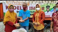Operasi pasar tekan harga mahal kedelai di Mojokerto. (Istimewa)
