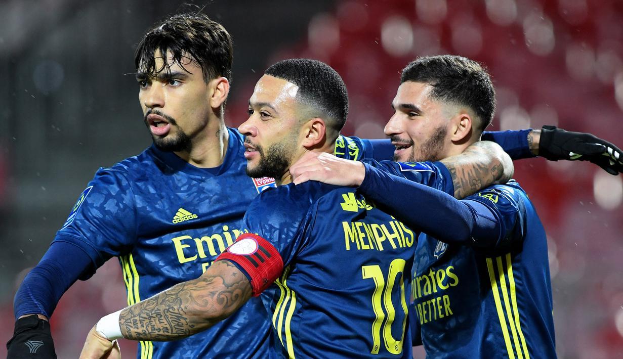 Para pemain Lyon merayakan gol kedua yang dicetak gelandang Houssem Aouar (kanan) ke gawang Brest dalam laga lanjutan Liga Prancis 2020/21 pekan ke-26 di The Francis Le Ble Stadium, Brest, Jumat (19/2/2021). Lyon menang 3-2 atas Brest. (AFP/Fred Tanneau)
