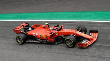 Pembalap Ferrari Charles Leclerc melambaikan tangan kepada para pendukungnya saat free practice 1 (FP1) F1 GP Italia di Sirkuit Monza, Jumat (6/9/2019). Charles Leclerc menjadi yang tercepat di FP1 F1 GP Italia dengan mencatatkan waktu 1 menit 27,905 detik. (AP Photo/Luca Bruno)