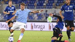 Striker Lazio, Ciro Immobile, melepaskan tendangan saat melawan Atalanta pada laga Liga Italia di Stadion Olimpico, Roma, Rabu (30/9/2020). Atalanta menang dengan skor 4-1. (Alfredo Falcone/LaPresse via AP)
