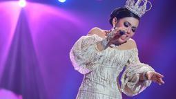 Syahrini menyanyikan lagu Seperti Itu saat membuka konser bertajuk The Biggest Concert 'Dream Big' di Studio Emtek, Jakarta, Jumat (29/1). Konser tersebut menghadirkan beberapa bintang ternama. (Liputan6.com/Faizal Fanani)