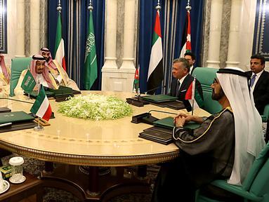 Pertemuan Raja Arab Saudi Salman bin Abdulaziz bersama Emir Kuwait Sheikh Sabah Al-Ahmad Al-Jaber Al-Sabah dan PM UEA Sheikh Mohammed bin Rashid Al-Maktoum dengan Raja Yordania Abdullah II di Mekah , Senin (11/6). (Yousef Allan/Saudi Royal Palace/AFP)