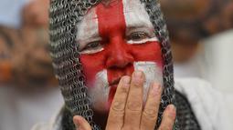 Fans Inggris mewarnai wajahnya saat menyaksikan laga Grup B Piala Eropa 2016 antara Inggris melawan Rusia di fan zone sekitar Menara Eiffel, Prancis, Sabtu (11/6/2016). (AFP/Paul Ellis)