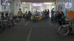 Suasana IGD RSUD Cengkareng, Jakarta, Rabu (23/6/2021). Meningkatnya kasus COVID-19 di Jakarta membuat pasien harus mengantre di luar IGD untuk mendapatkan tempat perawatan. (Liputan6.com/Herman Zakharia)
