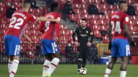 Striker Barcelona, Lionel Messi bersiap melakukan tendangan bebas ke gawang Granada dalam laga perempatfinal Copa del Rey 2020/21 di Nuevo Los Carmenes Stadium, Rabu (3/2/2021). Barcelona menang 5-3 (2-2) atas Granada melalui babak extra time. (AFP/Jorge Guerrero)