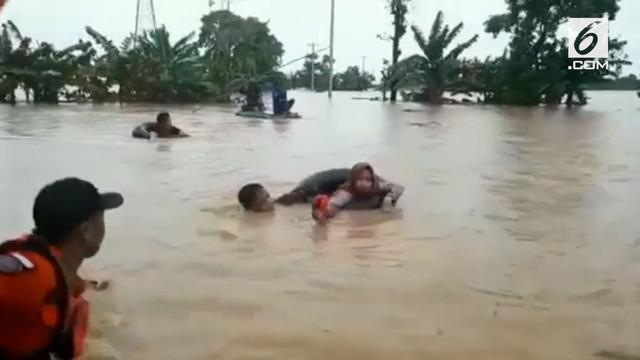 Beberapa kecamatan di Kabupaten Gowa diterjang banjir bandang. Tim gabungan berusaha mengevakuasi warga dari dalam rumah yang terendam banjir.