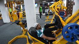 Seorang pria Muslim India saat berlatih di gym Ahmedabad Fitness Academy (AFA) di Ahmedabad (10/5/2019). Selama bulan suci Ramadhan, tempat gym ini tetap buka hingga larut malam untuk membiarkan anggota Muslim berolahraga setelah salat. (AFP Photo/Sam Panthaky)