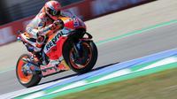 Aksi Marc Marquez saat balapan di MotoGP Belanda. (AP Photo/Peter Dejong)