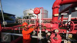 Petugas mengendalikan pipa saluran gas di PLTGU Jakarta, Rabu (9/3). PLN memperkirakan konsumsi listrik nasional pada tahun 2016 diperkirakan mencapai 225 terrawatt hour (twh) atau meningkat 11,4 persen dibandingkan tahun 2015 (Liputan6.com/Angga Yuniar)