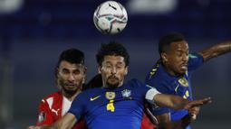 Bek Brasil, Marquinhos (tengah) memenangi duel udara saat melawan Paraguay dalam laga kualifikasi Piala Dunia 2022 Zona Conmebol di Defensores del Chaco Stadium, Asuncion, Selasa (8/6/2021). Brasil menang 2-0 atas Paraguay. (AP/Jorge Saenz)
