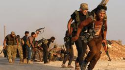 Pejuang dari Tentara Pembebasan Suriah mengambil bagian dalam pertempuran melawan kelompok jihadis Negara Islam (IS) di Desa Yahmoul, Marj Dabiq, Aleppo, Suriah, 10 Oktober 2016. (Photo by Nazeer al-Khatib/AFP)